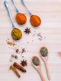分类干香料白胡椒,小茴香,桂香,麝香草, ch 库存图片