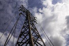 分离的输电线定向塔 免版税库存照片