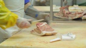 分离肉的过程从骨头作为屠户特写镜头 股票录像