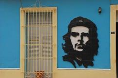切・格瓦拉艺术一个蓝色殖民地样式房子的沿在特立尼达,古巴的一条街道 图库摄影