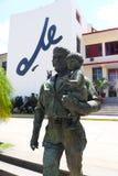 切・格瓦拉雕象和孩子和书写Che在背景中在圣塔克拉拉,古巴 图库摄影