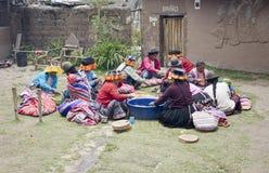 切一个地方婚礼的土产妇女土豆 库存图片