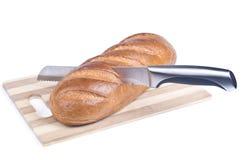 切一个长的大面包的刀子 库存照片