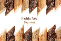 切不同的品种长方形宝石面包在白色背景的 拉伊、麦子和整个五谷面包 查出 b装饰框架  库存照片