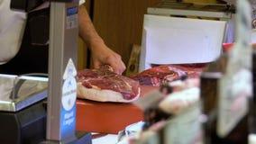切与刀子的屠户生肉在La上Boqueria市场  巴塞罗那 西班牙 股票视频