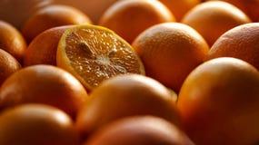 切与种子的桔子在整体中 免版税库存图片