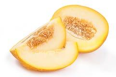 切与种子的甜黄色瓜被隔绝在白色backgro 库存照片