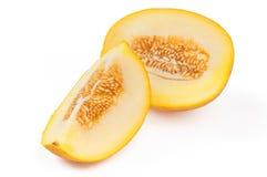 切与种子的甜黄色瓜 在白色backgrou的特写镜头 图库摄影