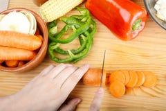 切与菜的人一棵红萝卜 库存图片