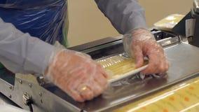 切乳酪在超级市场和包裹它的女推销员紧贴影片 影视素材