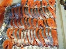 切了在市场上的新鲜的三文鱼鱼 图库摄影