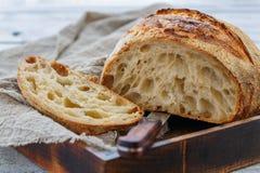 切传统手工的麦子面包大面包在发酵母的 库存图片