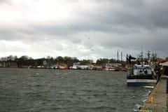 切削刀在钓鱼以后在黑暗,风暴日之前 免版税库存照片