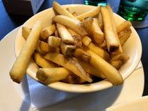 切削新鲜的土豆 免版税库存照片