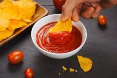 切削番茄酱土豆 啤酒快餐,不健康吃 免版税库存照片