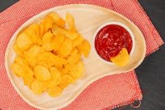切削番茄酱土豆 啤酒快餐,不健康吃 图库摄影