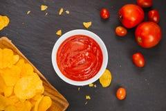 切削番茄酱土豆 啤酒快餐,不健康吃 免版税库存图片