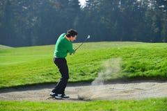 切削球的高尔夫球运动员 免版税库存照片