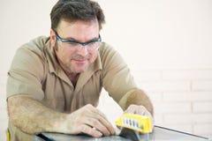 切割工看见表铺磁砖用途 免版税库存图片