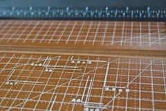 切割工评定的纸缩放比例 库存照片