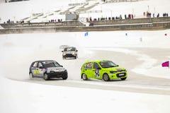 切博克萨雷,俄罗斯- 2018年1月28日:冬天车展-冰种族 在冻湖的汽车集会 速度赛车在冰 库存图片