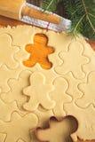 切口姜饼曲奇饼面团自创为圣诞节 免版税库存图片