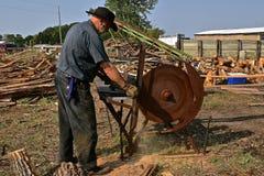 切口日志到在蒸汽的木柴里供给锯动力 免版税图库摄影