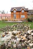 切口木柴在英国庭院里 免版税库存图片