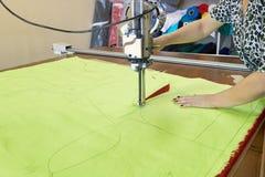 切口织品的过程的特写镜头在工业的选举 库存照片