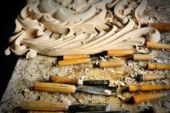切口设备木头在雕刻师车间 图库摄影