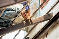 切口金属增强在建筑工地的钢筋标尺 免版税库存图片
