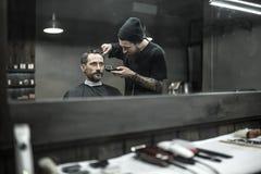 切口头发在理发店 免版税库存图片