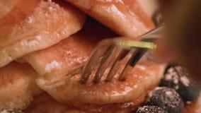 切和吃薄煎饼近景真正的加拿大枫蜜 股票视频
