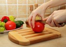 切在切板的一个成熟蕃茄 免版税库存图片
