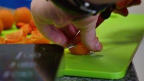 切在切板的厨师手和刀子新鲜的草莓 影视素材