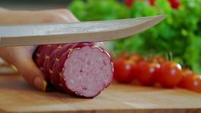 切在切板的香肠 牛肉香肠 用厨刀切开 影视素材