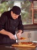 切在家做的薄饼的餐馆旅馆私有厨师 图库摄影