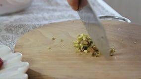 切在木切板的妇女手开心果 影视素材