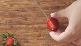 切在木切板的妇女手草莓 影视素材