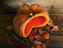 切在木背景的橙色南瓜 免版税库存图片