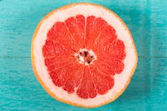 切在木背景的葡萄柚 免版税库存照片