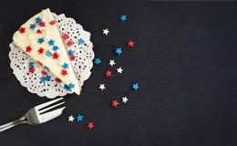 切在板岩板的简单的纽约乳酪蛋糕 退伍军人日或7月4日美国的概念庆祝 r r 库存照片