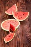 切在桌上的西瓜 在木背景的西瓜片 充分红色莓果维生素 热带开胃菜 库存照片