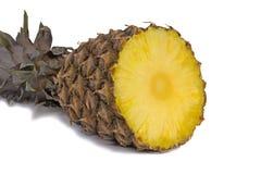 切在白色背景的菠萝。 库存图片