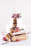 切在白色背景的蛋糕蛋白牛奶酥 免版税库存图片