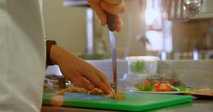 切在砧板的厨师肉在厨房4k里 影视素材