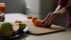 切在砧板的女性手未加工的红萝卜 影视素材