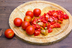 切在砧板的蕃茄 库存图片