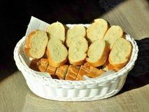 切在篮子的面包 库存图片