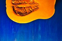 切在蓝色背景的南瓜 库存图片
